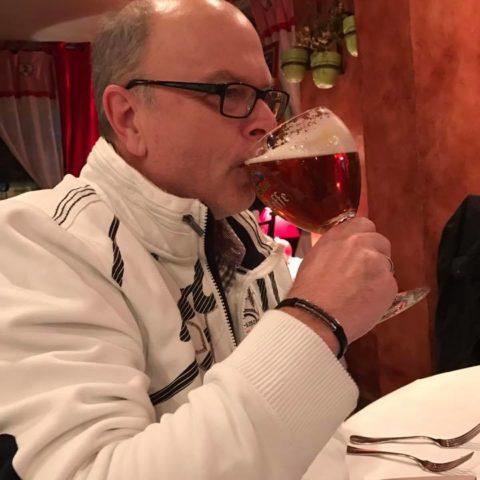 Uwe trinkt sein erste Leffe
